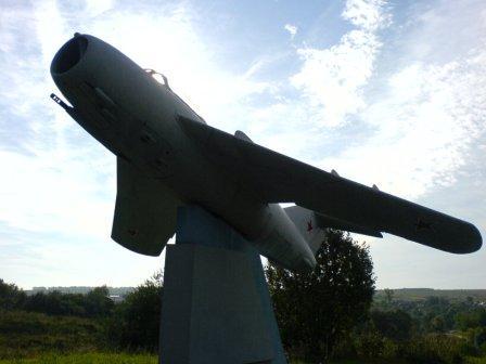 Самолёт МИГ-15 около Семьянской средней школы